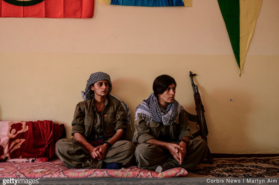 Kurdish YPJ Star (PKK) women fighters at their base in Kirkuk province, Iraqi Kurdistan. The base is on a frontline 300 metres from an Islamic State position. (Photo by Martyn Aim/Corbis via Getty Images)